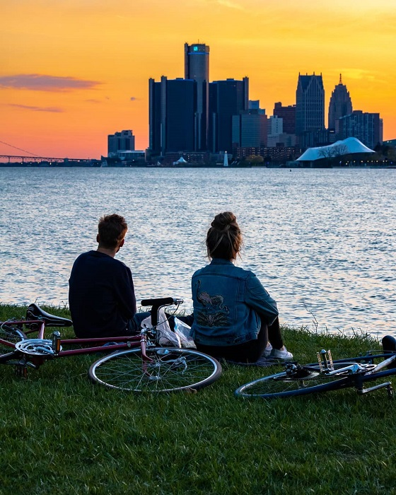 Couple relaxing on the waterfront of Belle Isle